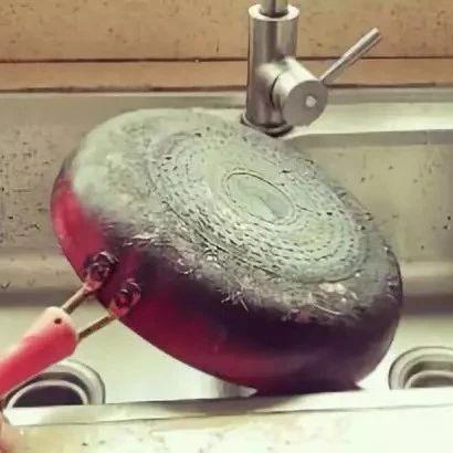 食盐加上它,锅底黑垢3分钟干干净净,让锅底焕然一新,快去试试