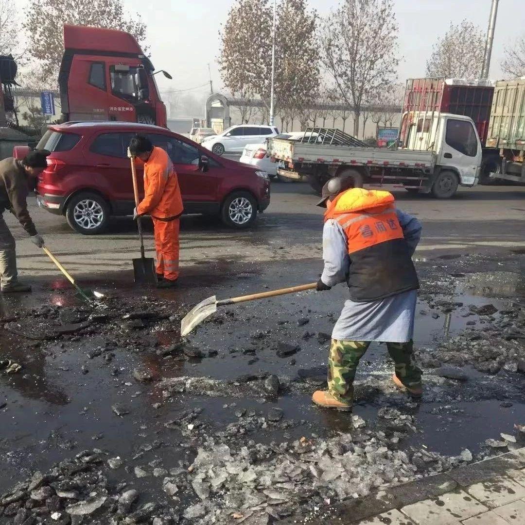 【高阳县执法局】环卫工人除冰确保道路安全通畅