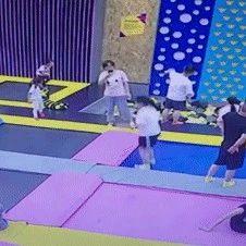 10岁女孩玩网红蹦床摔断右腿!监控视频还原揪心一刻
