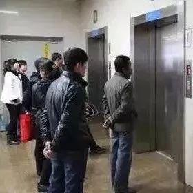 住电梯的请停止这个动作,赶快通知家人!