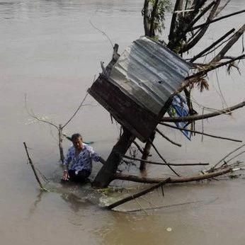 险!宜宾81岁老人踩水不慎失足,被冲出20多米!