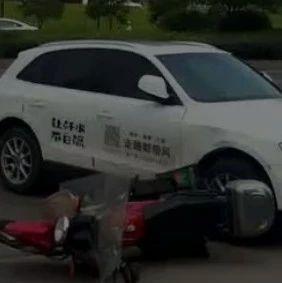 萍乡一奥迪车与摩托车相撞,车主倒地不起......
