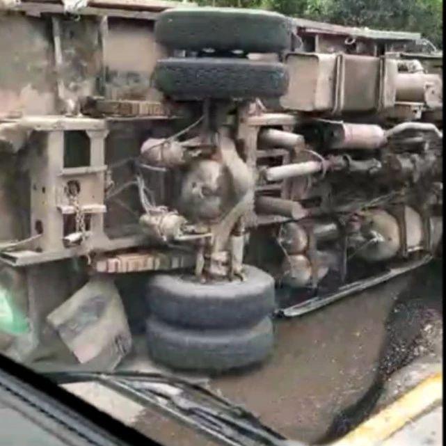 突发!柏溪一辆搭载木条的大货车侧翻!柴油机油散满了一地,好黑人!
