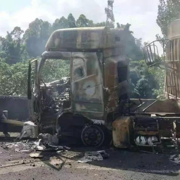 昨天!宜宾高速路上一货车自燃,被烧成光架架,现场黑烟滚滚!