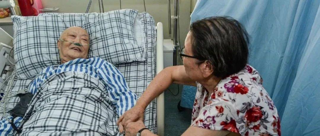 感动川渝的爱情故事!80岁大爷脑梗病危,81岁初恋女同学签字救命(视频)