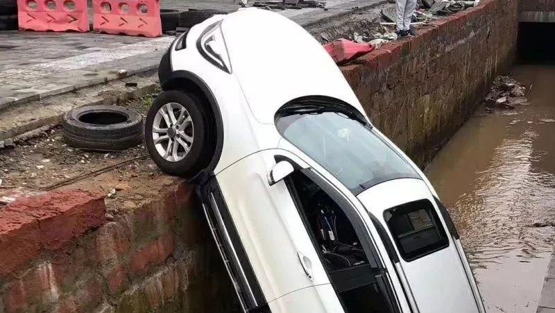 夹江一司机竟把车给开进了东风堰渠道
