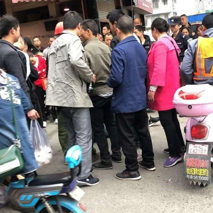 夹江印象欧城附近,群众逮住一偷车贼