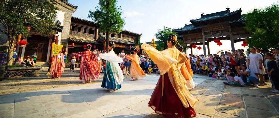 国庆假期第二天,雪山彩虹谷百场演绎火热进行中,献礼祖国母亲!
