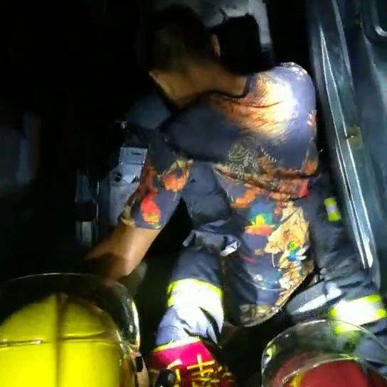 澳门威尼斯人娱乐场官网:货车追尾司机被困,消防员紧急救援