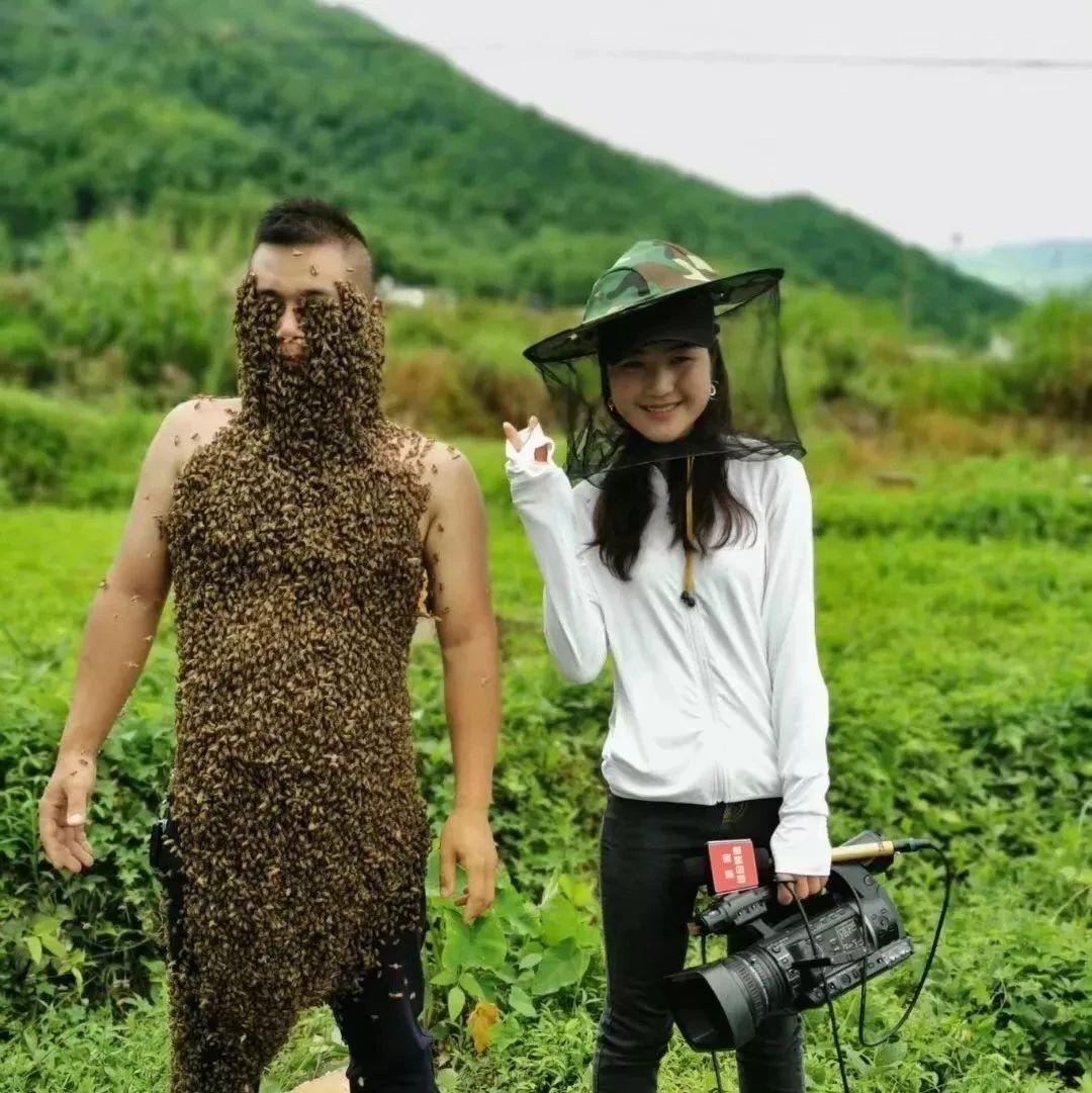 """萍乡有位""""疯人?#20445;?#36824;是""""蜂人?#20445;?#19978;万只蜜蜂涌在他身上,场面太可怕!"""