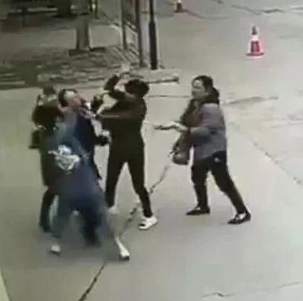 事发汝州周边!女子光天化日带着亲戚街头围殴一女子致其昏迷!