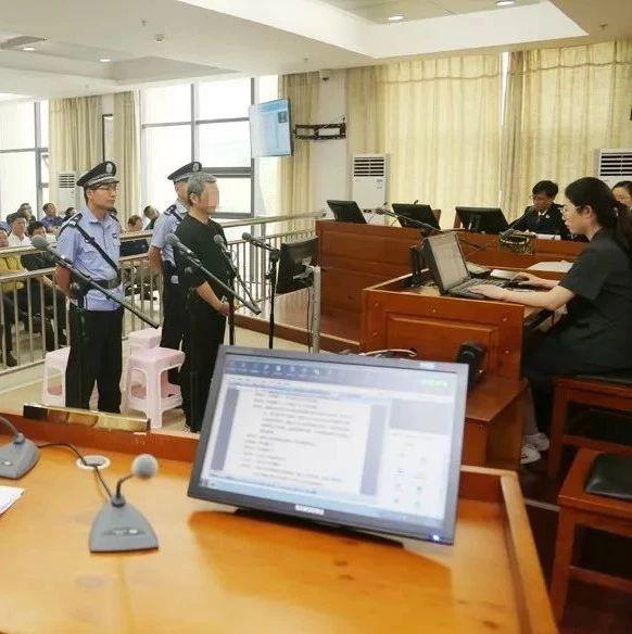 今天,武穴市人民法院公开审理一起受贿案