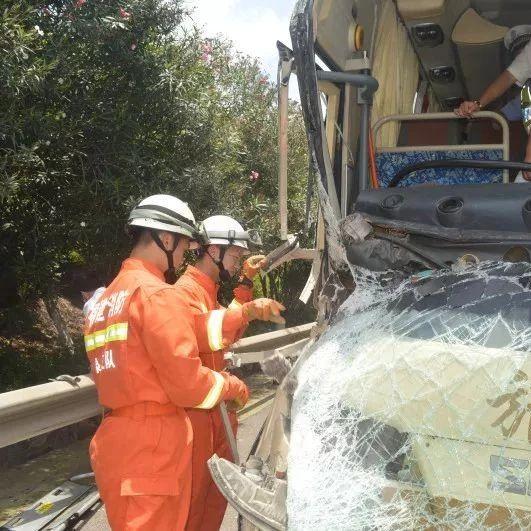 沈海高速水头段发生车祸,一旅游客?#24403;?#25758;,25人被困,开车时一定要注意…