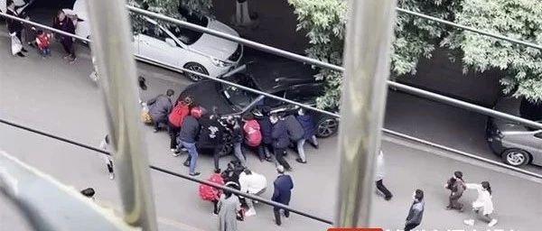合江女子被压车下,1分钟内附近市民飞奔前来抬车救人