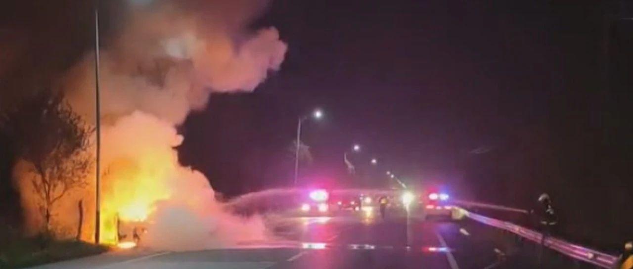 事故车辆火光闪烁、浓烟不断冒出!
