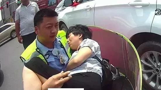 龙阳街道发生车祸,仅2分钟后发生感人一幕