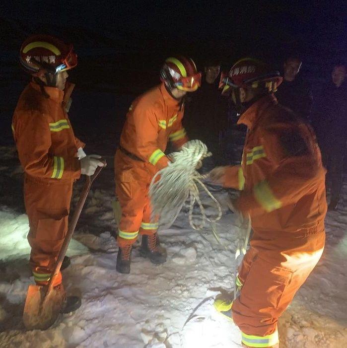 紧急!青海哈拉湖附近海拔4500米处三人被困……