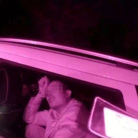 奇葩!这对中年夫妻竟在车内做这种事,交警哭笑不得...