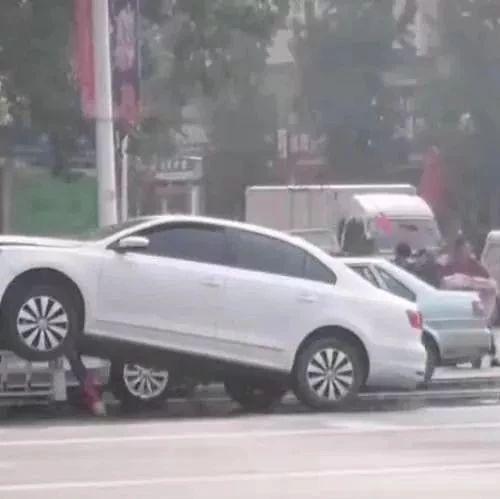 """濮阳这里一女司机""""起飞""""失败!"""