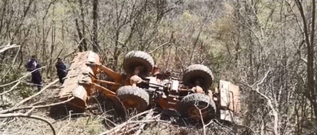 大悟一铲车从30米山崖坠落,消防徒步解救被困司机