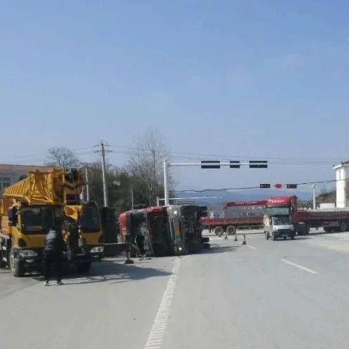 大悟一货车车速过快致左转弯时发生侧翻......