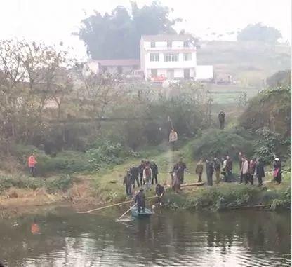 宜宾一村民用半桶当船下河捕鱼,不慎跌落水中溺亡!