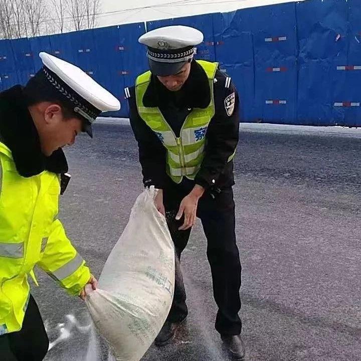 雪后暖意浓|香港曾道人交警全员上道路撒盐除冰保安全