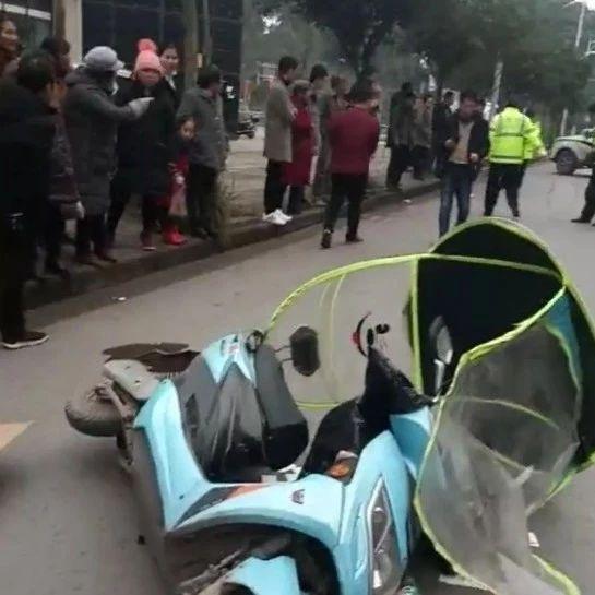 富顺发生车祸!一小车与电瓶车相撞,电瓶车车主受伤!
