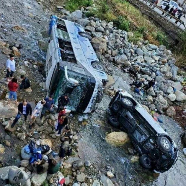 突发!富顺一旅游大巴坠河,致2人重伤6人轻伤(附视频)