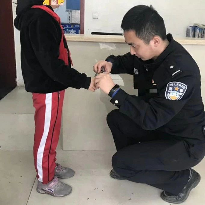 富顺一小孩手指穿进塑料环,结果出不来!紧急求助民警!