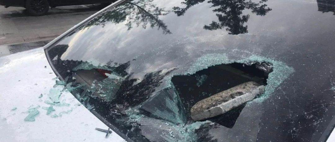 可恨!富顺一车主爱车挡风玻璃被砸!现场还有作案工具……