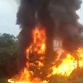 突发!自贡沿滩黄市镇附近一条公路上,一辆车发生自燃,还传出数声爆炸……(附视频)