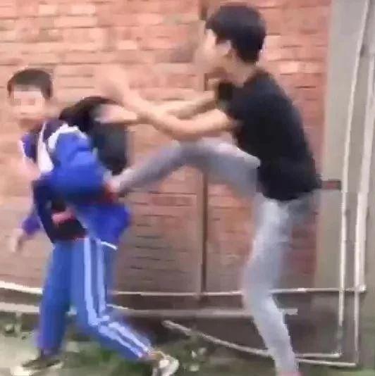 """【后续报道】关于""""某中学校服男生被欧打事件""""警方已介入调查!"""