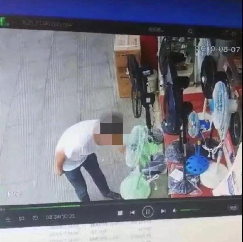 自贡一男子光天化日偷游客包包,监控拍下这一幕!