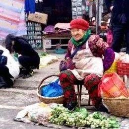 可恶!一女子拿假币骗卖菜老人被抓,曾在富顺被行政处罚!