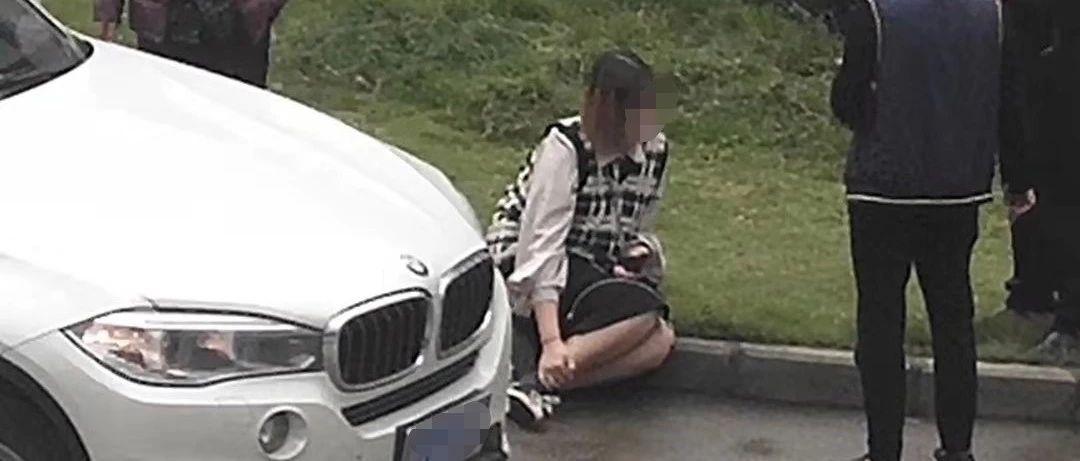 富顺黄桷树发生交通事故,小车横穿马路撞到行人
