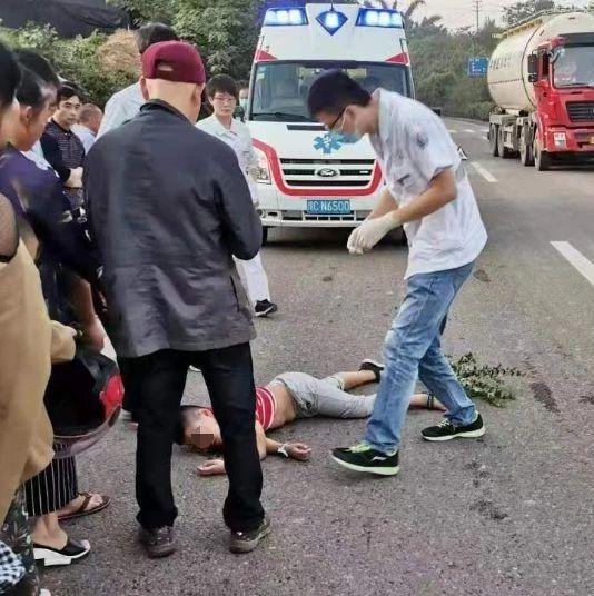 突发!自贡荣县某路段,一小男孩横穿马路被撞倒(附视频)