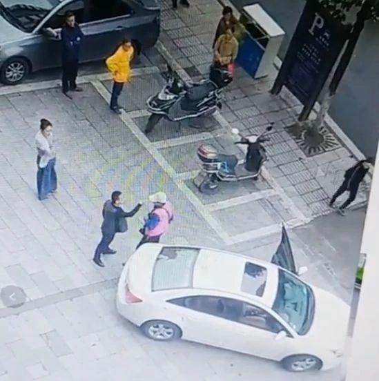停车纠纷!自贡一车主因为停车收费问题与收费员大打出手(附视频)