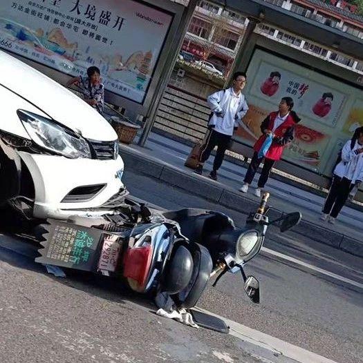 借道or逆行?自贡滨江路一小车与摩托车相撞,摩托车散架(附视频)
