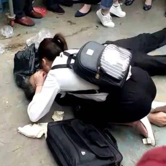 是她!富顺当街跪地救人的姑娘找到了!真美!