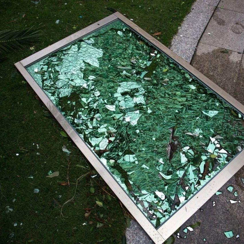 好哈人!富顺一小区楼上常年掉玻璃!官方回应来了!