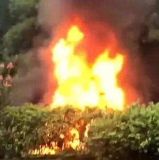 好吓人!内宜高速上一小车失控撞向护栏,现场燃起了大火,火势十分凶猛!