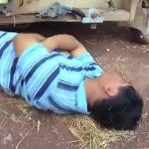 不要命!宜宾一男子开车挡路,竟还躺在车轮下面!