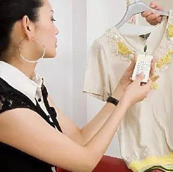 商场导购说:逛街穿2种衣服的女人,都是只看不买的,懒得去搭理