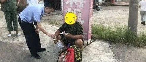 潢江公路上一安徽籍老汉晕倒路边,潢川民警自掏腰包助其回家...