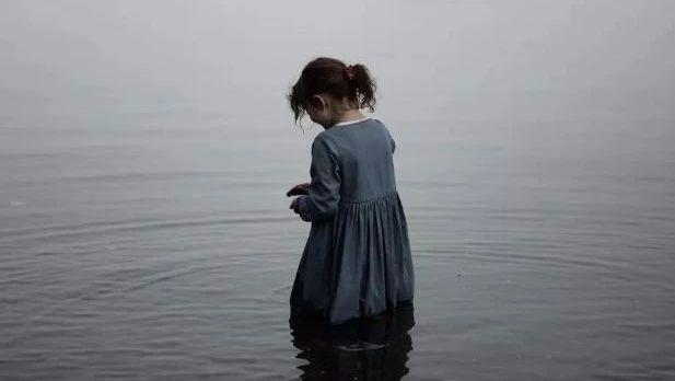 你以为孩子只是站在水里,其实他可能已经很危险!