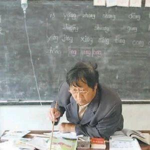 感动哭了,c07彩票这个老师体内插着导尿管给学生上课!