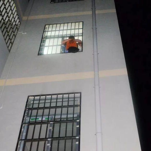 家长们注意!安徽6岁女孩撑伞跳楼,竟因为……