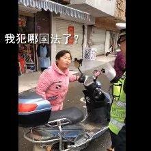 安徽一女子冲交警怒吼,我闯红灯犯哪国法了?交警霸气回应…