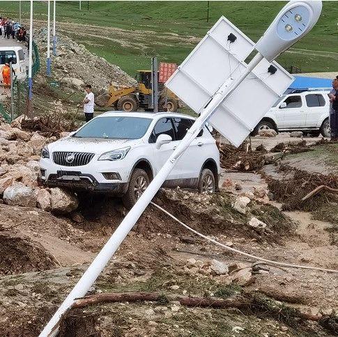 紧急救援!德令哈柏树山景区百余名游客被困消防员用拉梯先救13名孩子